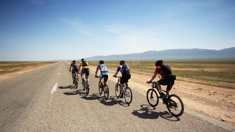 Aventure-se o maranthon da bicicleta de montanha no deserto fotografia de stock