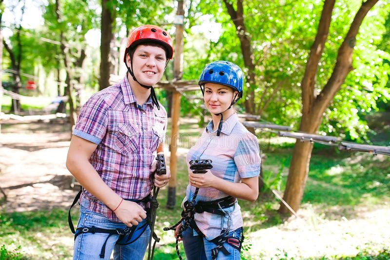 Aventure-se o parque de escalada do fio alto - pessoa no curso no capacete da montanha e no equipamento de seguran?a fotografia de stock