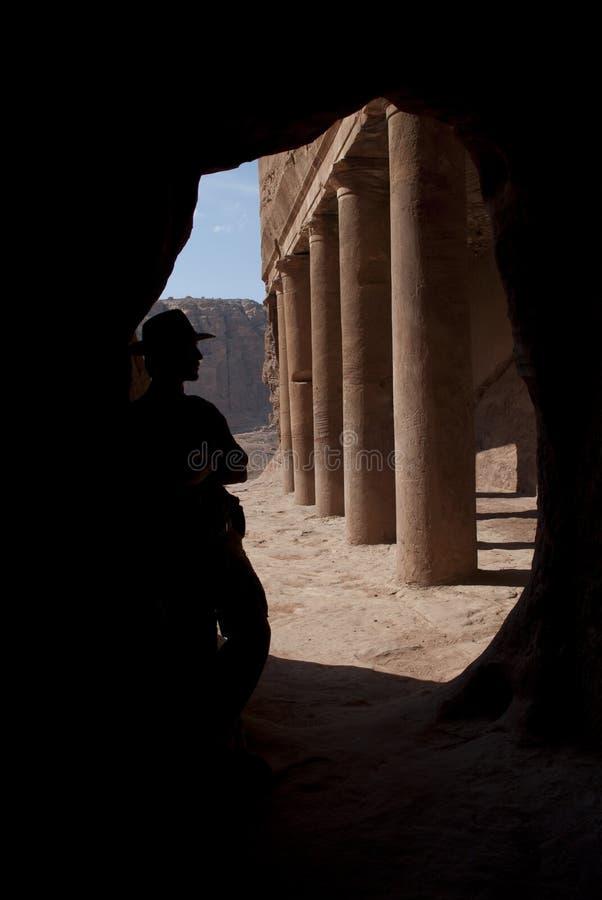 Aventurero en el Petra fotos de archivo
