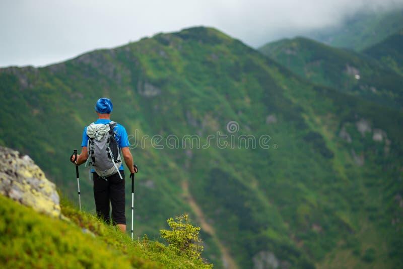 Aventurero en las montañas, admirando el canto verde fotos de archivo libres de regalías
