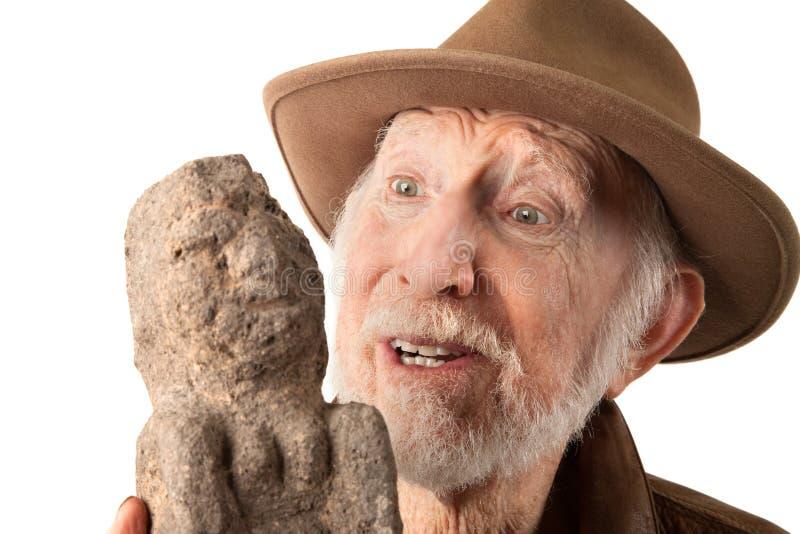 Aventurero o arqueólogo con el ídolo fotos de archivo libres de regalías