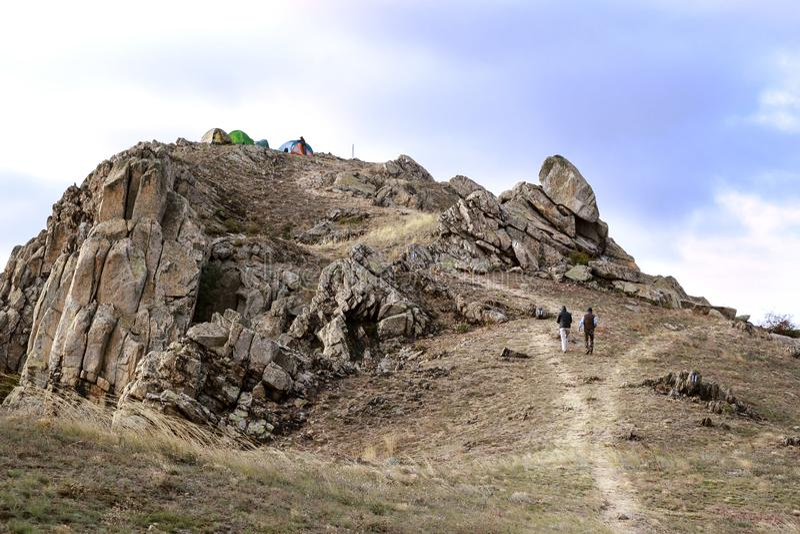 Aventureros con las tiendas en el top de la montaña foto de archivo