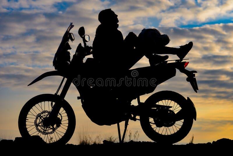 Aventurier audacieux de dame sur la moto photos libres de droits