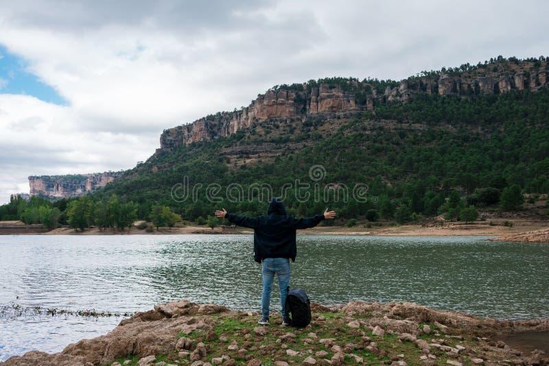 Aventurier avec son sac à dos dans un lac d'Espagne photos libres de droits
