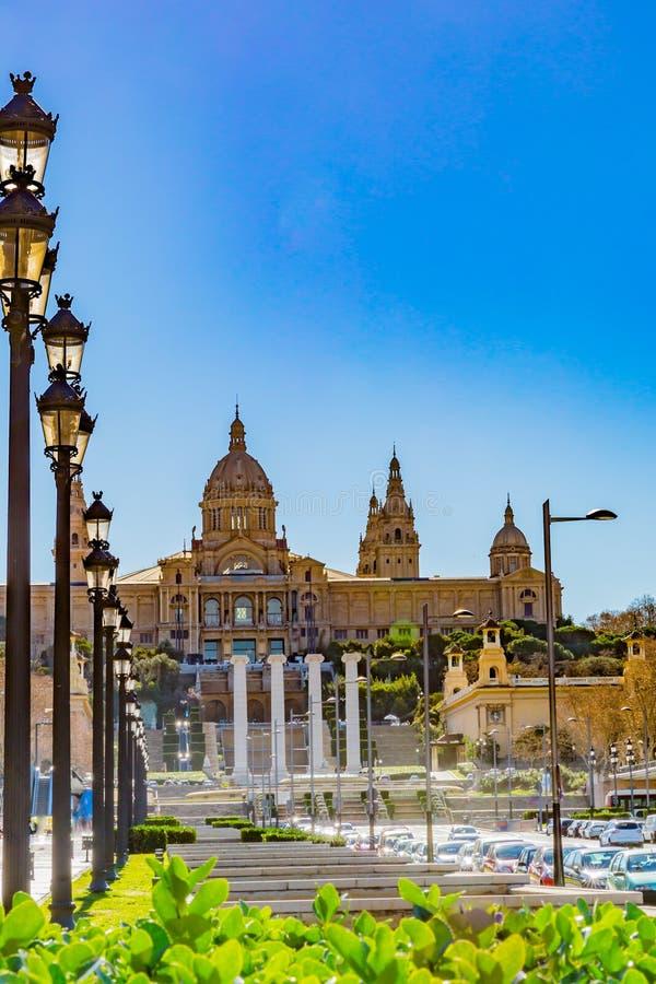 Avenue avec des lampes dans une ligne droite, voitures, les piliers de la fontaine magique de Montjuic image libre de droits