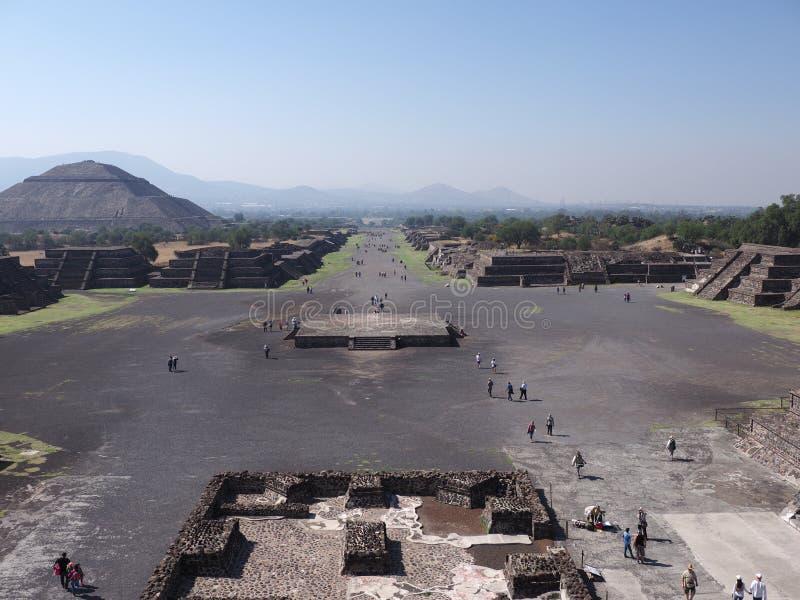 Avenue célèbre des morts et de la pyramide du Sun sur la gauche aux ruines de Teotihuacan près du paysage de Mexico image libre de droits