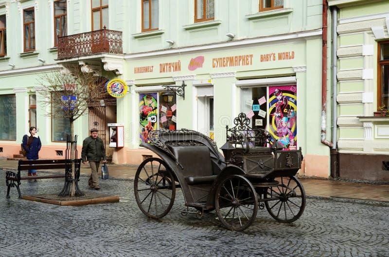 Avenue d'Olga Kobylyanska avec le chariot de fer, rue piétonnière, Chernivtsi, Ukraine photos libres de droits