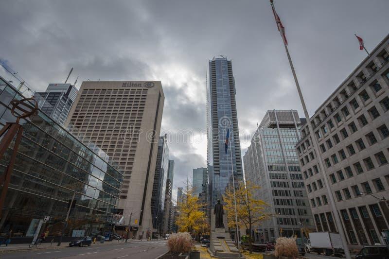 Avenue d'université à Toronto du centre, une rue américaine typique de CBD avec la statue d'Adam Beck, immeubles de bureaux photo libre de droits