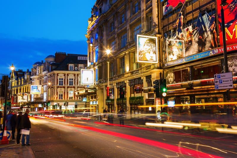 Avenue de Shaftesbury à Londres, R-U, la nuit images stock
