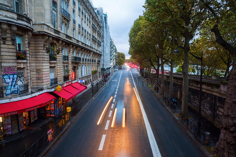 Avenue du Voorzitter in Parijs bij schemer stock afbeelding