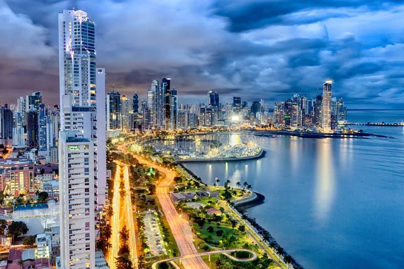 Avenue lumineuse de Balboa, Panamá City, Panama au crépuscule photos stock