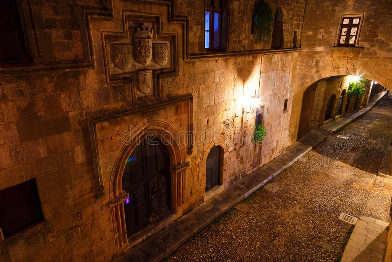 Avenue médiévale des chevaliers la nuit, une rue de pavé rond en Rhodes Citadel, Grèce photo stock