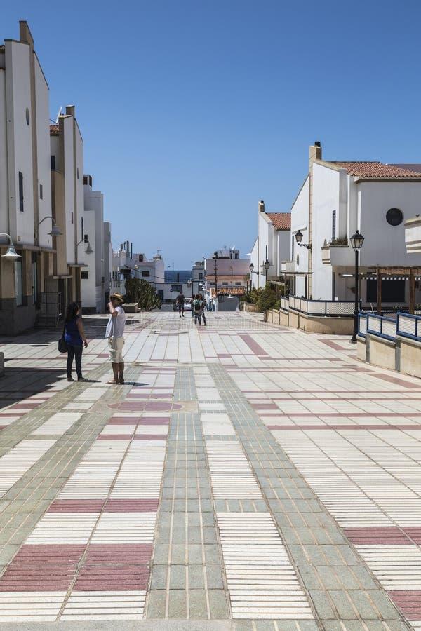 Avenue piétonnière carrelée large dans Puerto de las Nieves, sur mamie Canaria photographie stock libre de droits