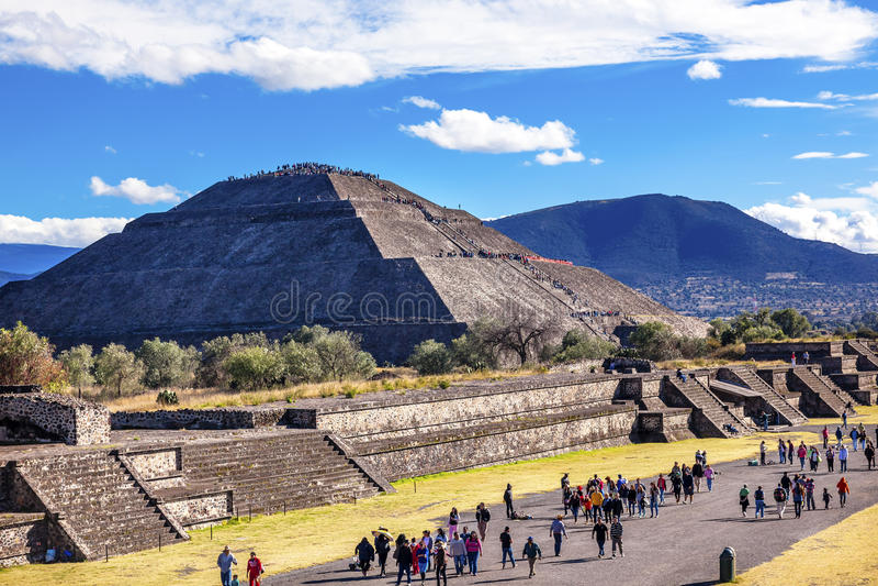 Aveny av döda, tempel av solen Teotihuacan Mexico royaltyfri fotografi