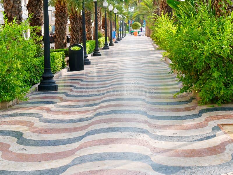 Avenyn av gömma i handflatan i Alicante Huvudsaklig promenad för turister Explanada spain arkivbild