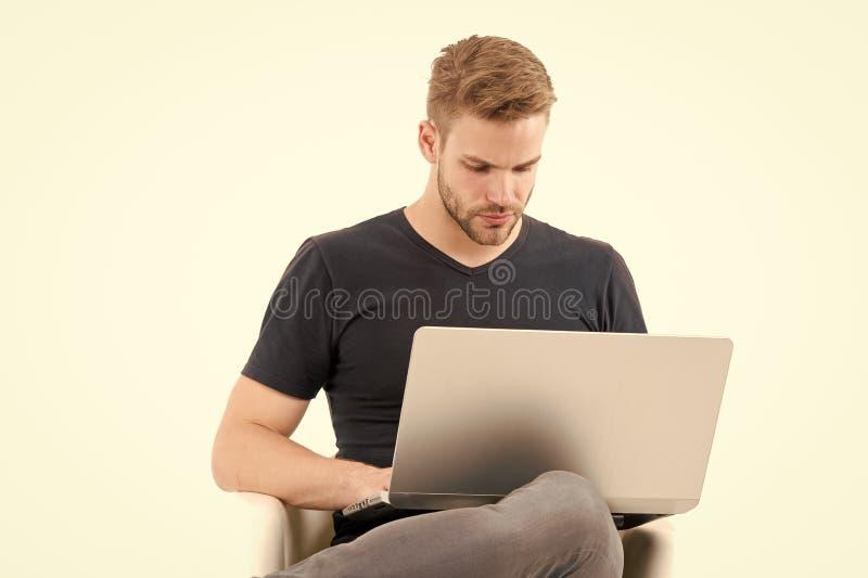Avere così tanto lavoro da fare Uomo con pianificazione di fronte concentrata occupata del computer portatile Non rasato bello de immagini stock