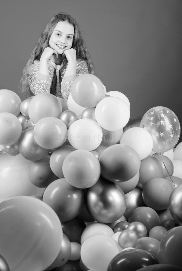 Avere divertimento Partito di tema dei palloni Gioco della ragazza con gli aerostati Festa di compleanno Il giorno dei bambini In fotografia stock libera da diritti