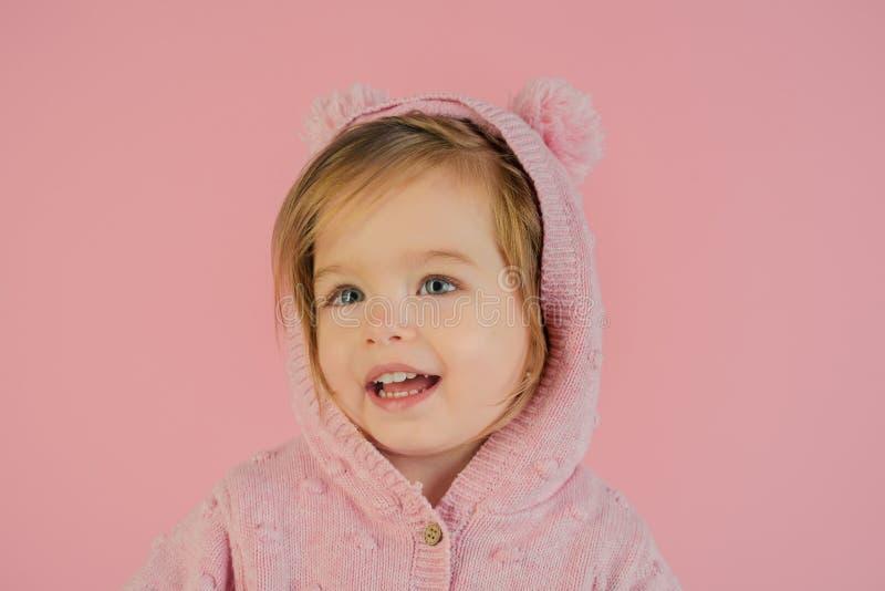 Avere divertimento sorridere del bambino della bambina infanzia e felicità Piccola ragazza felice modo del bambino della primaver immagine stock libera da diritti