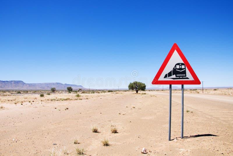 Avertissement du signe de route - trains traversant la route photo libre de droits