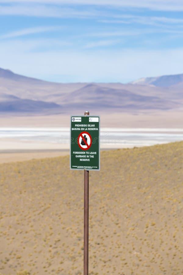 Avertissement en bois de signe de poteau contre des déchets, Bolivie image stock