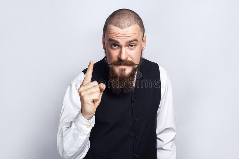 avertissement Homme d'affaires bel avec la moustache de barbe et de guidon regardant l'appareil-photo avec l'avertissement sérieu images stock