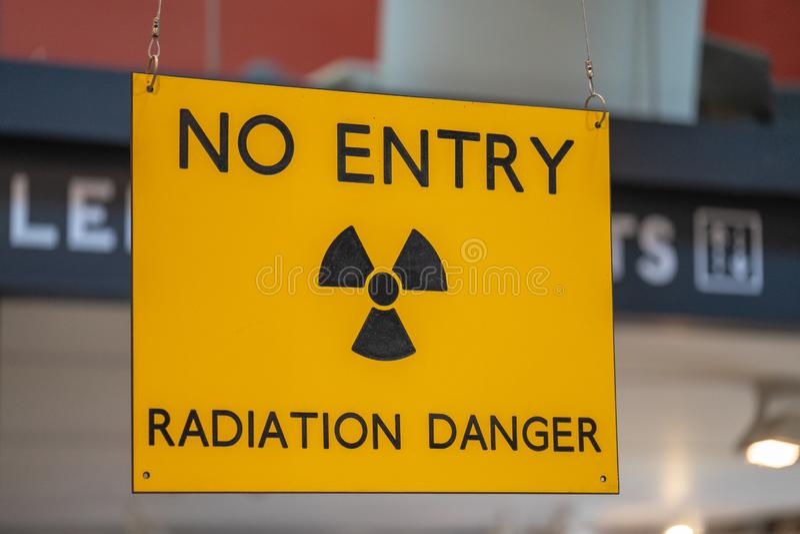 Avertissement jaune de rayonnement et entrée menaçante de signe de risque à une zone radioactive photographie stock libre de droits