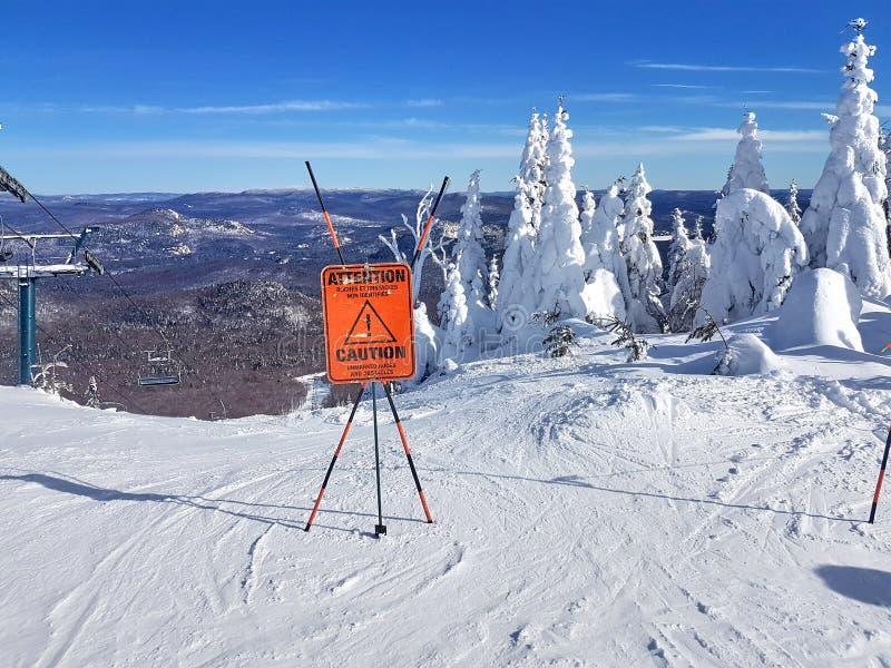 Avertissez le signe et l'avertissement sur une station de sports d'hiver photo libre de droits