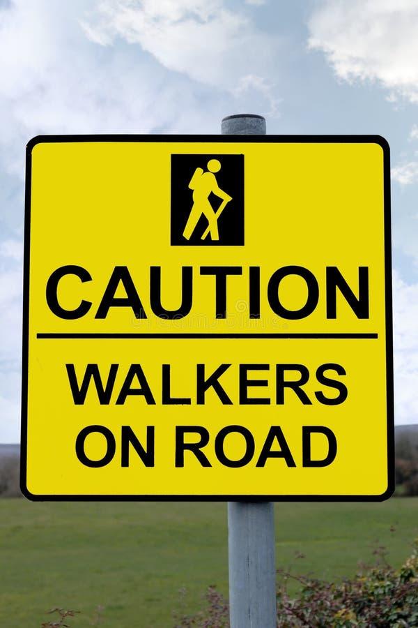 Avertissez les marcheurs sur le signe de route avec le chemin de découpage photos stock