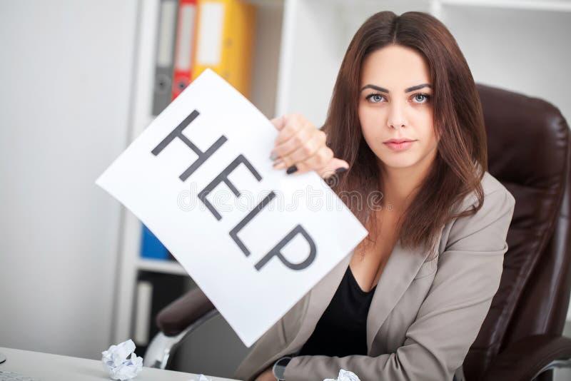 Avete bisogno dell'aiuto? La bella donna di affari all'ufficio chiede della t immagine stock libera da diritti