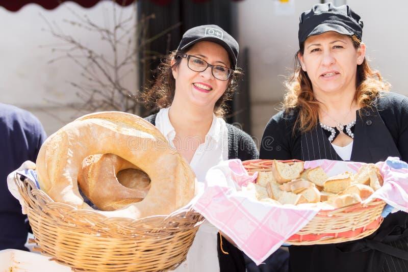 AVETRANA, ITALI? - MAART, 19, 2018 Italiaanse Pasen-traditie van Salento: Triadi St Giuseppe, de distributie van voedsel aan mens stock foto