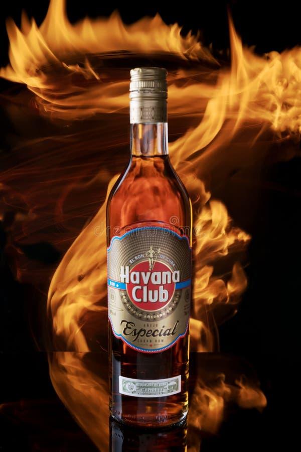 Avetrana, Italien - 21. Juni 2019: Eine Flasche Havana Club-Rum mit Feuer auf einem schwarzen Hintergrund stockfotos