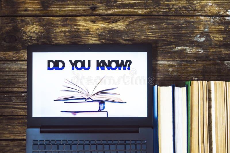Avez-vous su ? ordinateur portable et livres sur le fond en bois illustration de vecteur