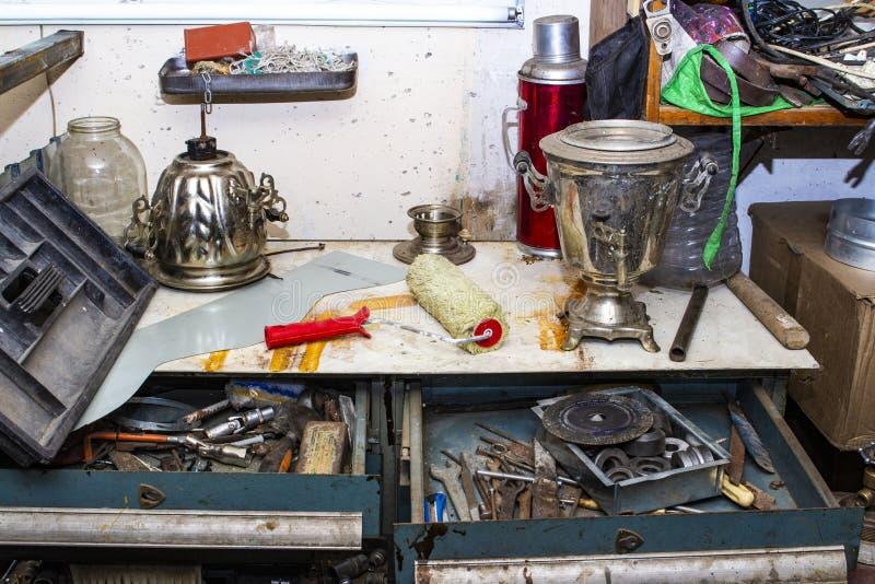 Avfall i garaget, travde upp olik gammal saker royaltyfri fotografi