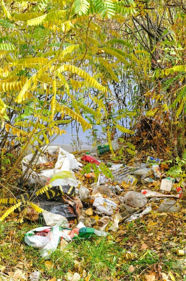 Avfall nästan floden arkivbild