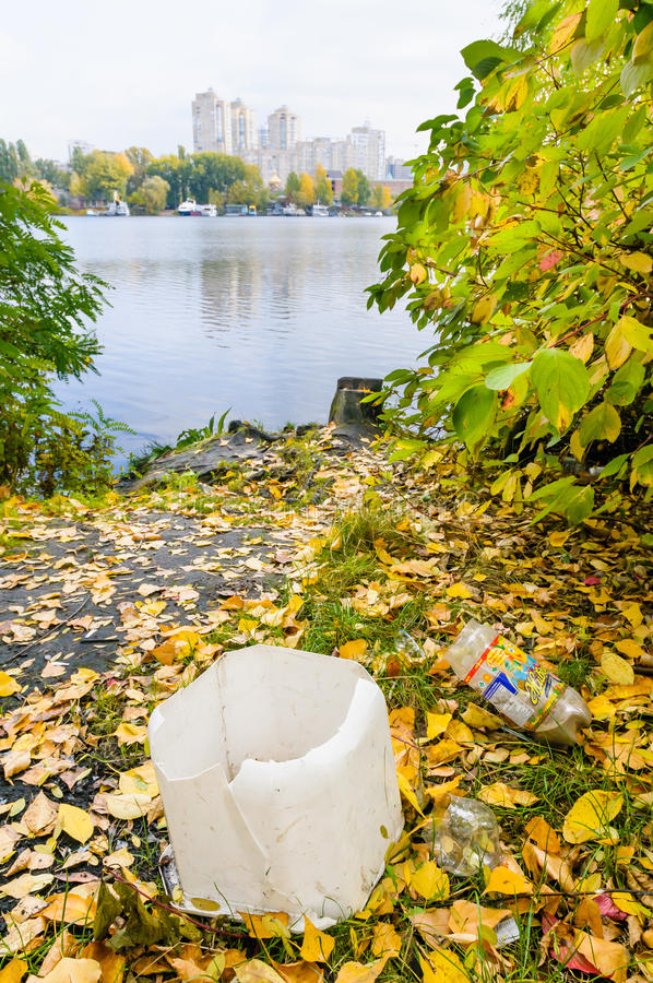 Avfall nästan floden fotografering för bildbyråer