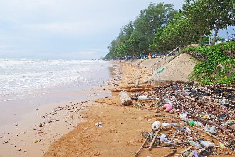 Avfall och hushållsavfall som förorenar stranden i Kung Wiman Beach CHANTHABURI, THAILAND arkivbild
