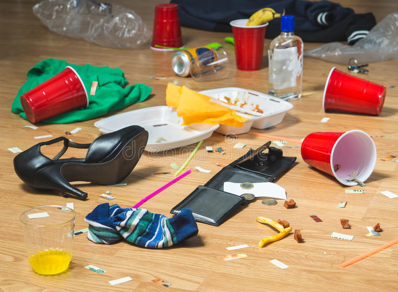 Avfall på golvet efter parti royaltyfri foto