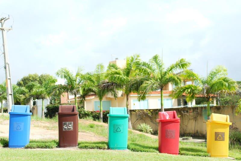 Avfall som nära organiseras från stranden arkivfoton