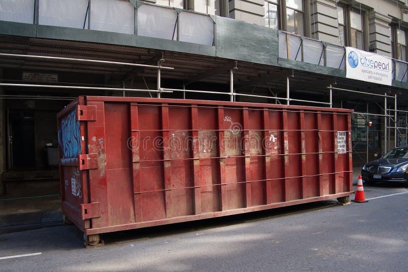 Avfallbehållaren använde, när renovera arkivfoto