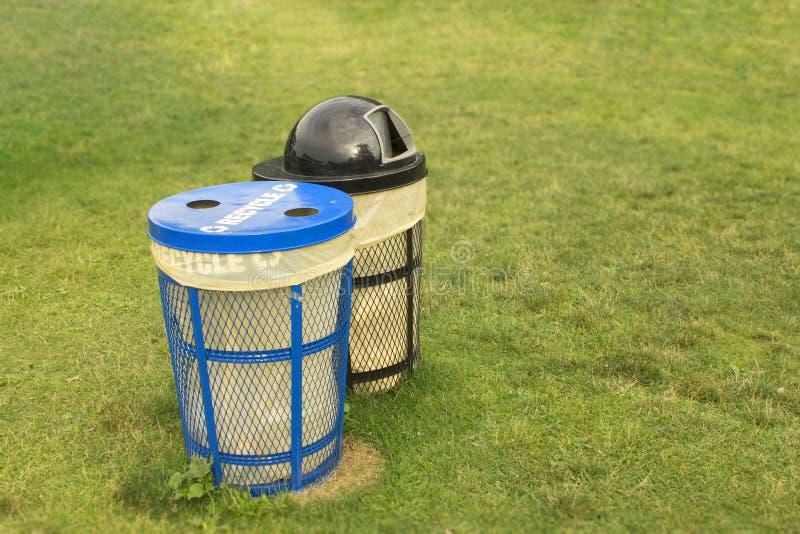 Avfallfack i gräs- parkerar område för rent och propert begrepp med ingen avskräde eller kull royaltyfria bilder