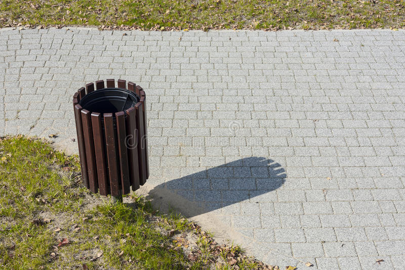 Avfallfack i parkera arkivbild