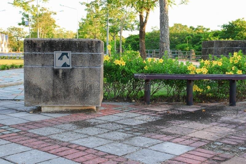 Avfallfacket parkerar offentligt royaltyfria foton