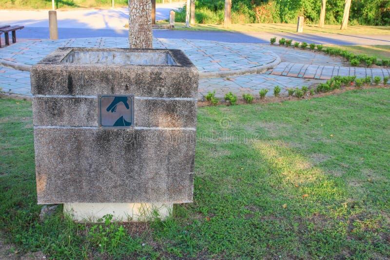 Avfallfacket parkerar offentligt arkivfoto