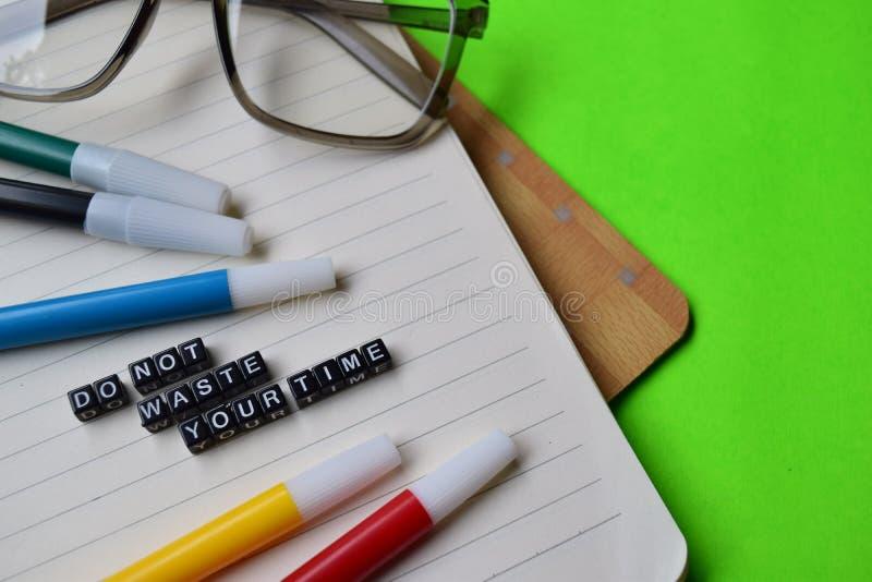 Avfalls för universitetslärare` t ditt tidmeddelande på utbildnings- och motivationbegrepp arkivfoton