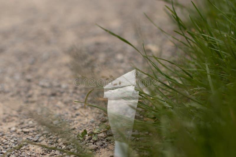 Avfalls på jordningen i naturen, miljöbelastning arkivbild