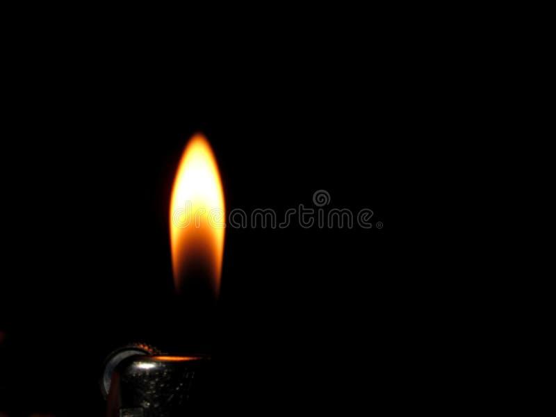 Avfyra, flamma och att bränna på svart bakgrund arkivbild