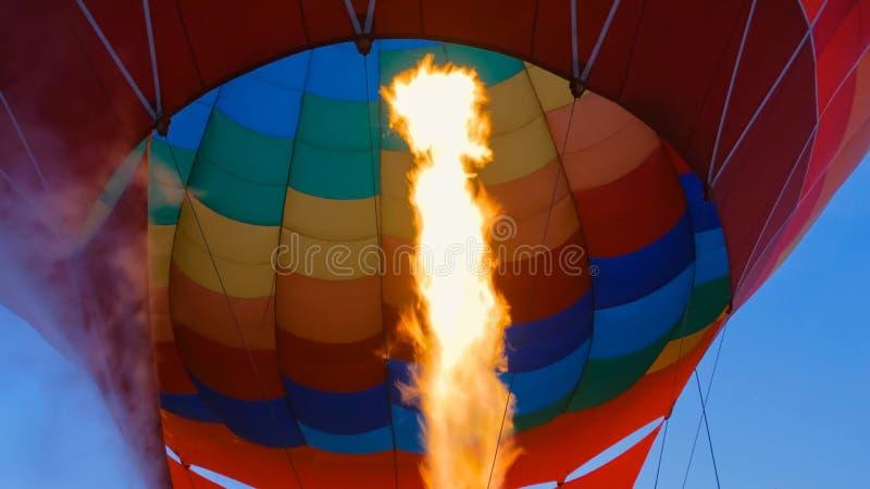 Avfyra fr?n gasbr?nnaren f?r gasstr?len i ballong f?r varm luft arkivbild