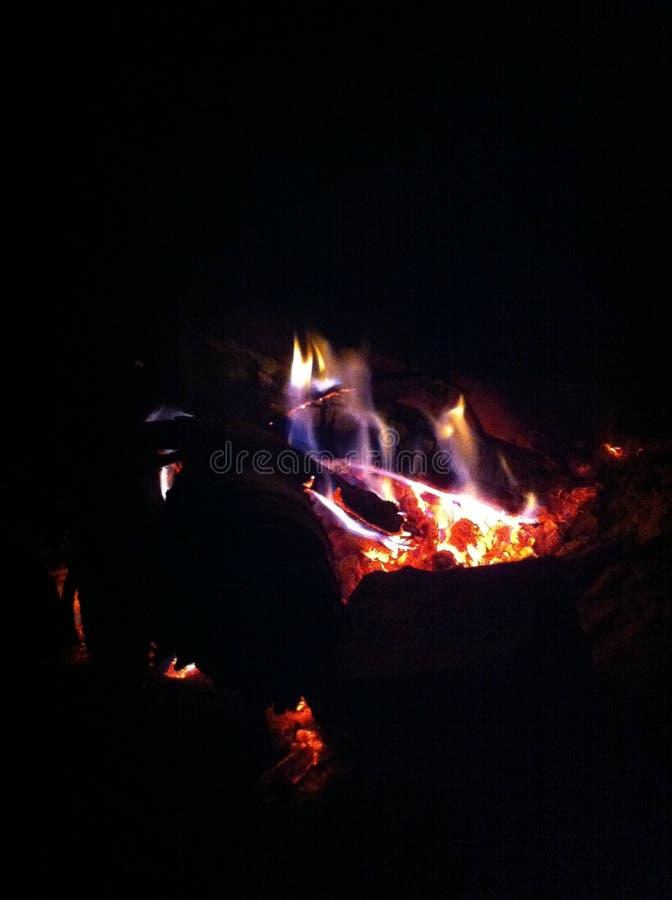 Avfyra i natten, fullständigt svart bakgrund royaltyfria foton