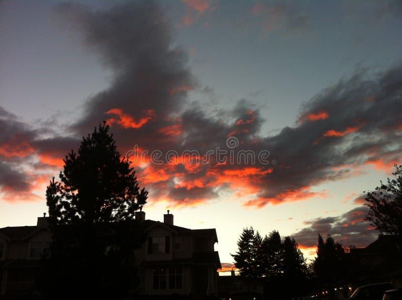 Avfyra i skyen arkivfoton