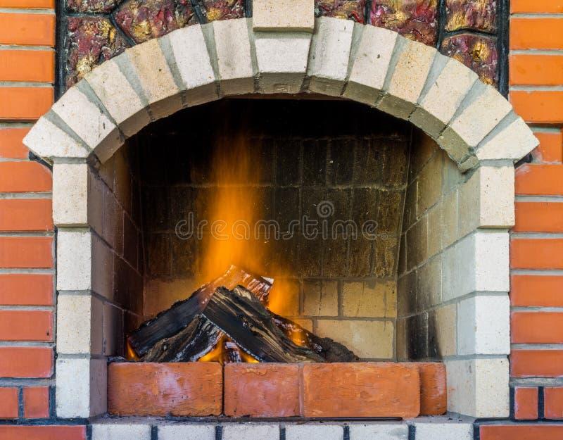 Avfyra i spis Slut upp av vedträbränningen i brand Spis i huset En spis i ett landshus arkivfoto